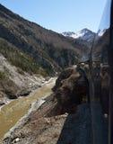 El tren se está moviendo a lo largo de las montañas Fotografía de archivo libre de regalías