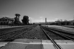 El tren sigue blanco y negro Foto de archivo libre de regalías