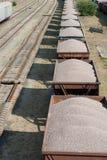 El tren sucio viejo del cargo con los coches Imagenes de archivo