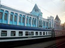 El tren Tashkent, Kharkov, Ucrania, Uzbekistán, Rusia, plataforma, estación, transporte, coche, arquitectura, esperando, puesta d Imagenes de archivo