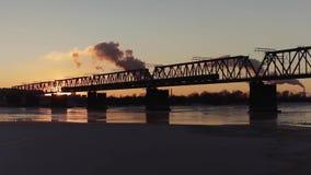 El tren viaja en el puente