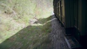 El tren viejo se mueve en los carriles almacen de metraje de vídeo