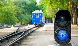 El tren y la advertencia de la muestra Foto de archivo