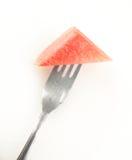 El triángulo de la sandía formó en una fork Foto de archivo libre de regalías