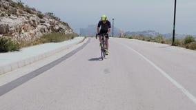El triathlete masculino profesional sube una colina almacen de video