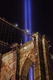El tributo 911 en luz y el puente de Brooklyn Fotos de archivo
