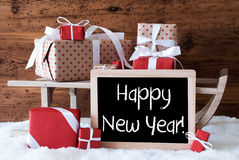 El trineo con los regalos en nieve, manda un SMS a Feliz Año Nuevo Imágenes de archivo libres de regalías