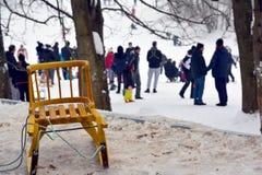 El trineo de los niños amarillos en nieve imagen de archivo libre de regalías