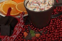 El trineo de Papá Noel rojo con el chocolate, cacao caliente con las melcochas, decoraciones de la Navidad Milagro de la Navidad  Imagen de archivo libre de regalías