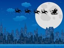 El trineo de Papá Noel sobre horizonte urbano Foto de archivo libre de regalías