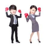 El triunfo del hombre y de la mujer de negocios presenta con los guantes de boxeo Imágenes de archivo libres de regalías