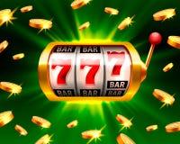 El triunfo grande ranura el casino de 777 banderas en el fondo verde Fotos de archivo libres de regalías