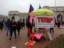 ¡El triunfo, hace América grande otra vez! , Vendedor en la estación de la unión, ` s marzo, Washington, DC, los E.E.U.U. de las  Imágenes de archivo libres de regalías