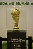 El trofeo de la taza 2014 de mundo de la FIFA en el Brasil Foto de archivo