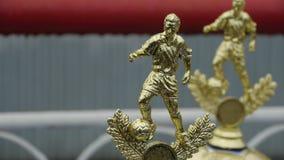 El trofeo del fútbol, premios para las competencias defiende la figurilla de oro de la liga almacen de video