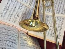 El trombón de cobre amarillo y la música clásica corrigen Foto de archivo libre de regalías