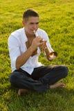 El trompetista en una hierba Imágenes de archivo libres de regalías