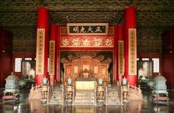 El trono del emperador chino en la ciudad Prohibida Pekín imagen de archivo