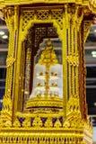 El trono movible de oro hermoso contuvo el ensh de las reliquias de Buda Imagen de archivo libre de regalías