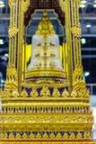 El trono movible de oro hermoso contuvo el ensh de las reliquias de Buda Imagenes de archivo