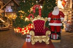 El trono o la silla rojo de Santa Claus en el mercado del italiano de la Navidad imagen de archivo