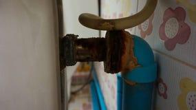 El tubo de agua de aluminio estaba oxidado en cuarto de baño Imágenes de archivo libres de regalías