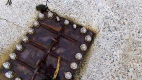 El tubo de agua saca el agua de la contaminación del alcantarillado de la ciudad Fotos de archivo
