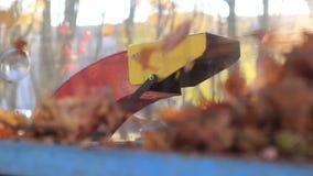 El tubo de escape con el follaje de otoño metrajes