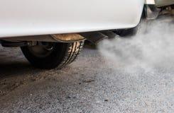 El tubo de escape del coche sale fuertemente de humo Fotografía de archivo