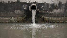 El tubo de las aguas residuales