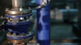 El tubo del sistema con las válvulas en la fabricación almacen de metraje de vídeo