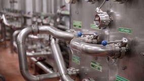 El tubo del sistema, tuberías con las válvulas en la instalación moderna, fábrica interior metrajes