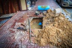 El tubo subterráneo del PVC del abastecimiento de agua es quebrado y que es representante Fotografía de archivo libre de regalías