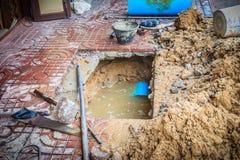 El tubo subterráneo del PVC del abastecimiento de agua es quebrado y que es representante Imágenes de archivo libres de regalías