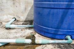 El tubo y la válvula industriales oxidados viejos de agua del grifo con agua caen Imágenes de archivo libres de regalías