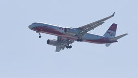 El Tupolev TOT-204-100V/E, rojo de los aviones de pasajero se va volando líneas aéreas, foto de archivo