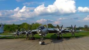 El Tupolev Tu-142 en el museo de la aviación en Kiev metrajes