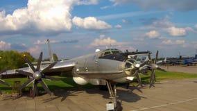 El Tupolev Tu-142 en el museo de la aviación en Kiev almacen de video