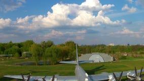 El Tupolev Tu-142 en el museo de la aviación en Kiev almacen de metraje de vídeo