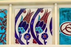 El turco tradicional del fondo modela tulipanes en las tejas de Iznik Fotos de archivo libres de regalías