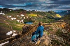 El turista admira la visión desde el paso de California hacia el lago Como y foto de archivo