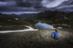 El turista admira la visión desde el paso del huracán hacia el lago Como y P fotos de archivo libres de regalías