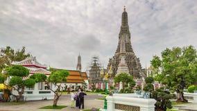 El turista apretó el lapso de tiempo del panorama 4k del templo del arun del wat Tailandia metrajes