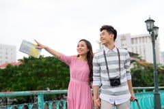 El turista asiático feliz joven de los pares goza el las vacaciones de verano que viajan en Saigon, Vietnam imagenes de archivo