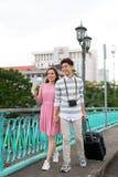 El turista asi?tico feliz joven de los pares goza el las vacaciones de verano que viajan en Saigon, Vietnam fotografía de archivo libre de regalías