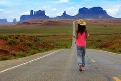 El turista camina en el valle del monumento Foto de archivo libre de regalías