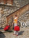 El turista con una maleta sobre una casa de campo en Zakopane, Polonia Fotografía de archivo