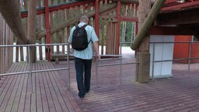 El turista cruza la cerca de la salida metrajes