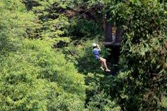 El turista de la aventura que lanza con una honda en el bosque fotografía de archivo libre de regalías