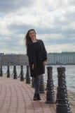 El turista de la muchacha camina a lo largo de la 'promenade' Fotografía de archivo